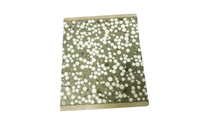 轻质隔墙板采用快硬水泥和粉煤灰做原料